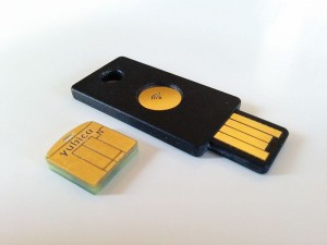 Yubikey neo und Yubikey nano. YubiKey Neo sieht aus wie ein duenner USB Stick mit einem goldenen runden knopf in der mitte. YubiKey nano sieht aus wie nur der einsteckteil eines USB Sticks. Daher auch der Name Nano